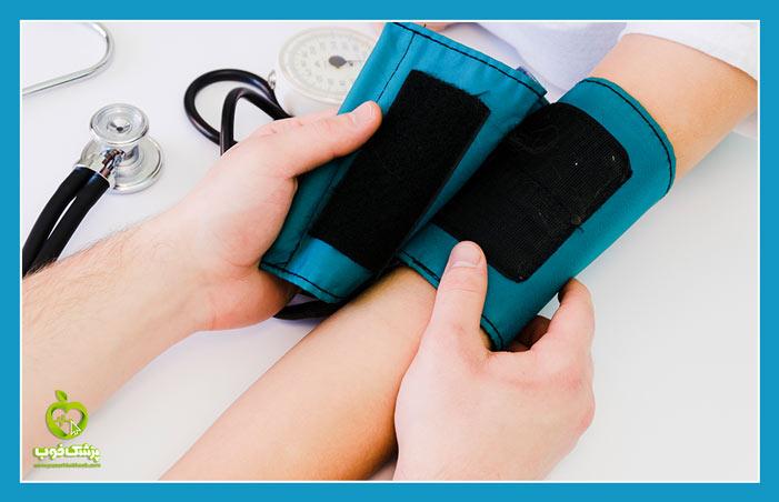 پزشک با دستگاه فشارسنج، فشار را اندازهگیری میکند.